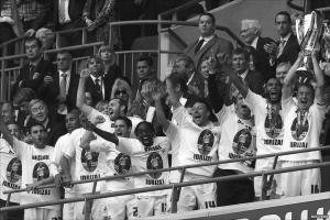 Игроки «Суонси Сити» в футболках памяти Бесиана Идризажа