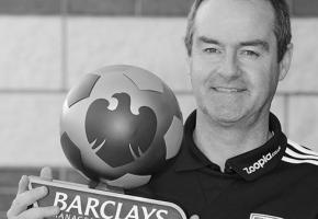 Стив Кларк с призом лучшему тренеру (c) PremierLeague.com