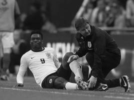 Дэниел Старридж получает травму в матче сборных (c) Independent