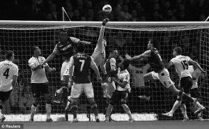 Энди Кэррол в матче за «Вест Хэм» против «Манчестер Юнайтед» (c) Reuters
