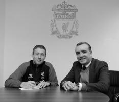 Лукас Лейва и Иан Эйр (c) LiverpoolFC.com