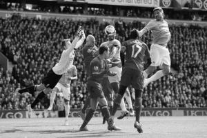 Симон Миньоле в матче против «Манчестер Сити» (c) Alex Livesey/Getty