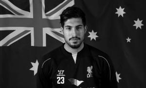 Эмре Джан на фоне австралийского флага (c) LiverpoolFC.com