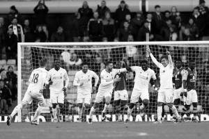 Игроки «Ливерпуля» празднуют гол Коло Туре (c) Getty