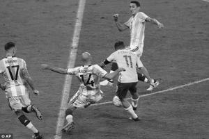 Филиппе Коутиньо забивает Аргентине (c) AP