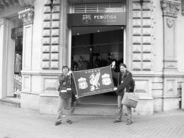 Красный флаг «Ливерпуля» у входа в официальный магазин «Барселоны»