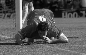 Робби Фаулер празднует гол в ворота «Эвертон»