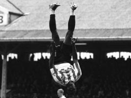 Кенвин Джонс совершает акробатический прыжок