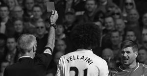 Стивен Джеррард получает красную карточку